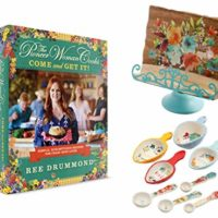 The Pioneer Woman Cooks: Come and Get It! Ultimate Gift & Cookbook Bundle Includes: Willow Book Holder & Measuring Cups + Hardcover Edition of Ree Drummond's Bestselling Cookbook ¦by Seasonal Baby