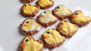 "Easy Pretzel Chicks Recipe + ""Tweet"" Easter Printable Tags"